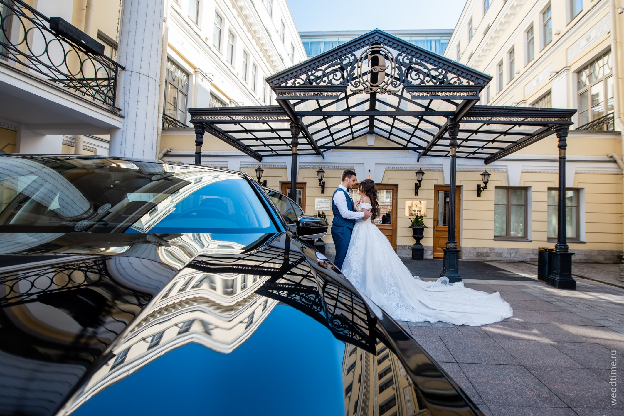 Свадебная фотосессия - вход отеля Эрмитаж