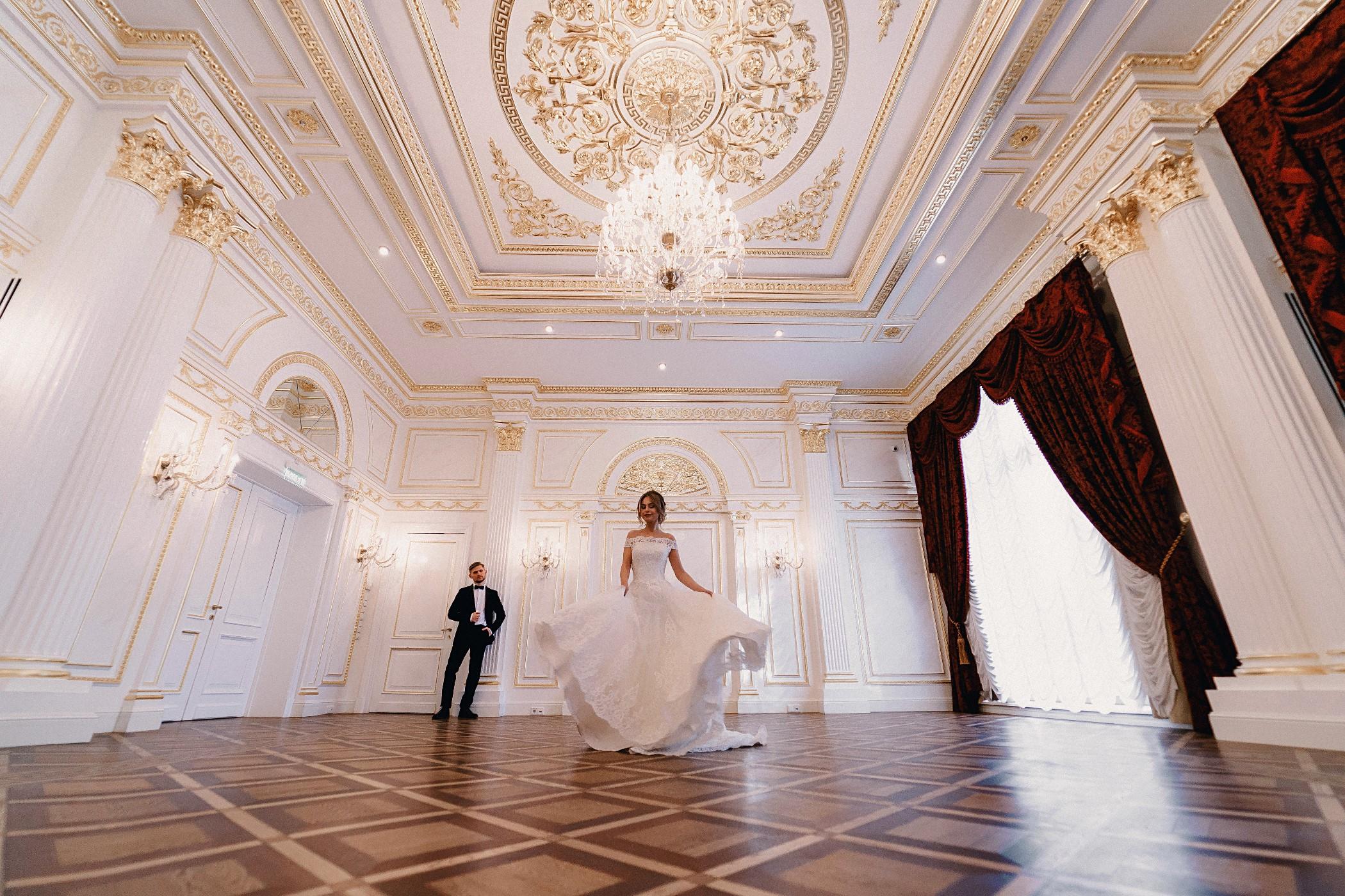 Свадебная фотосессия - зал Росси отеля Эрмитаж